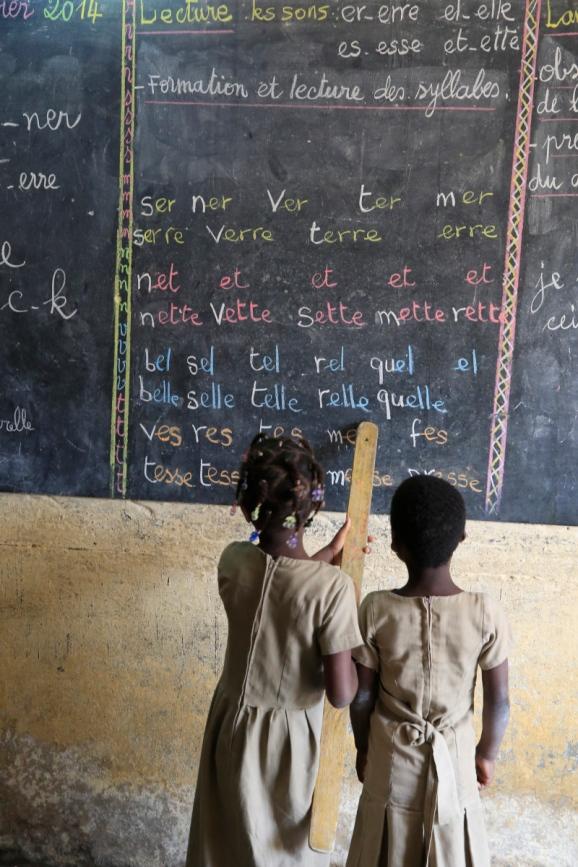 Ecole primaire Africaine. Eleves au tableau noir.  Adjalle.